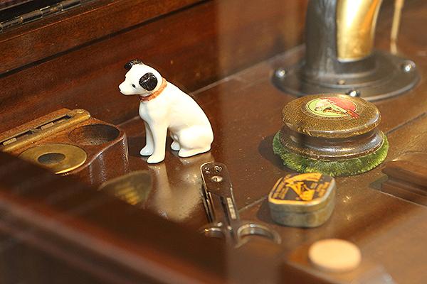 這是Victor Credenza 8-30唱盤角落的特寫,這隻狗應該是黑膠唱片界裡最紅的狗!