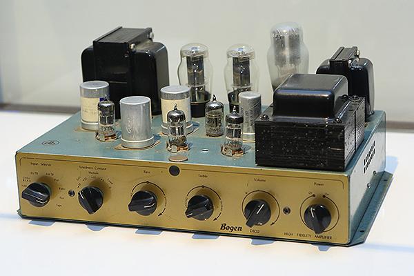 1960年代生產的Victor BR-661真空管擴大機,16、33、45、78轉速的唱片皆可使用,還可以收聽FM/MW兩種廣播頻道。