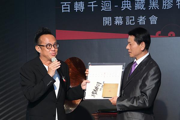 歌手黃大煒近期推出了新的黑膠專輯「甲午1984」,現場將這張唱片贈送給正聲廣播董事長劉本善先生。