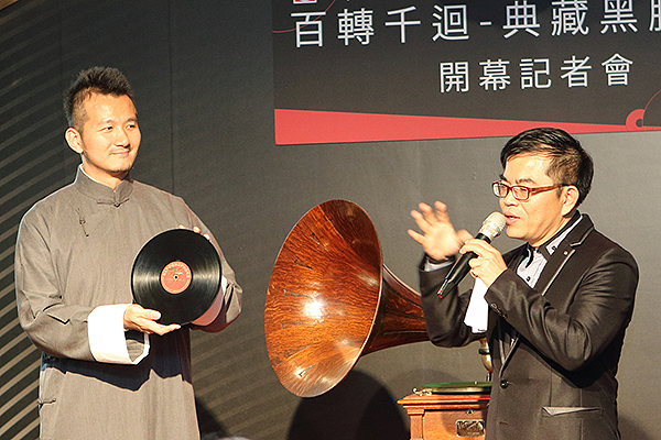 主辦單位特別準備了擁有百年歷史的手搖式古董留聲機,播放台灣第一張78轉蟲膠唱片,專輯名稱叫做「大開門」,收錄的曲目是客家八音。