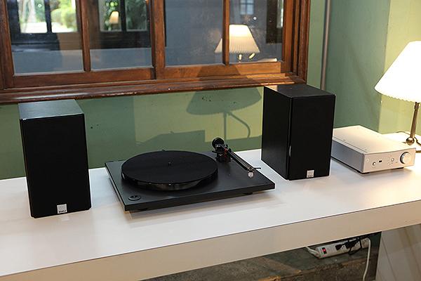 聽黑膠也可以很單純,極品音響在角落設置了一套黑膠音響系統,以Rega的RP-1黑膠唱盤、Brio-R綜擴搭配Dali書架喇叭,簡單又優雅。