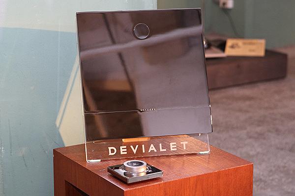 如同鏡面一般光潔俐落的Devialet 200綜合擴大機,擁有每聲道200瓦輸出功率。