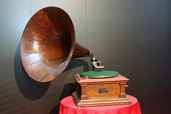 擁有百年歷史的手搖式古董留聲機,號角的部分採用原木製作而成。