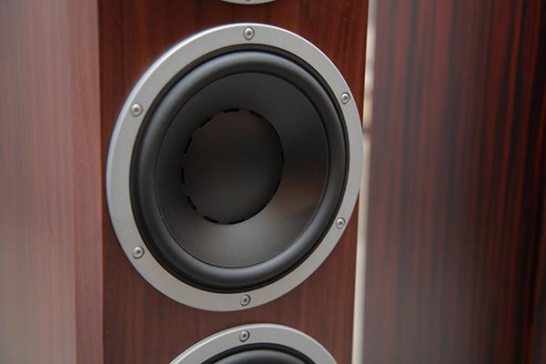 Excite系列的低音單體是採用大音圈設計,優點是可以承受更高的功率,而且振膜的角度比較平坦,不容易出現號角效應。