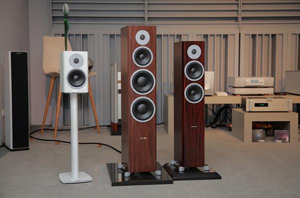 新一代Dynaudio Excite系列喇叭,鈦孚展出的型號由左至右是:X14書架喇叭、 X38落地喇叭和X34落地喇叭。