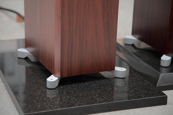 銀白色鋁質金屬腳架,視覺質感極佳!