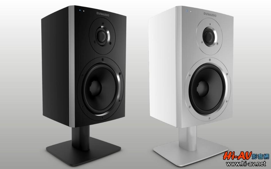 Xeo 2的音箱表層有緞面霧黑與緞面霧白兩款可選,而且連喇叭立架都有黑銀兩色可搭配,無論放置於桌面、書架、視聽櫃甚至床頭櫃上都有型有款。這款小型金屬立架高度約10公分,擺放在辦公桌上與人耳高度會更接近,而且使用專用腳架對聲音表現更好,一來喇叭底部不必直接接觸桌子,可減少振動並降低因桌子材質不同所造成的聲音變化影響,再來XEO 2的低音反射孔是向下「發射」的,與桌面拉開距離也可減少桌子共振及過多的反射能量。