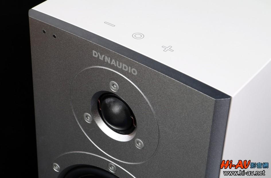 Dynaudio Xeo 2多容易使用?有專業音響媒體總編指出就算是不懂音響的伯伯媽媽都能五分鐘立刻上手。在兩支喇叭頂板的上方,均有電源及音量控制觸控按鍵,只要手指放在任一支上方,就能直接開關電源或調整音量大小。在音箱的左上角處,還有兩個燈號顯示工作狀態,有沒有在使用中完全一目了然。