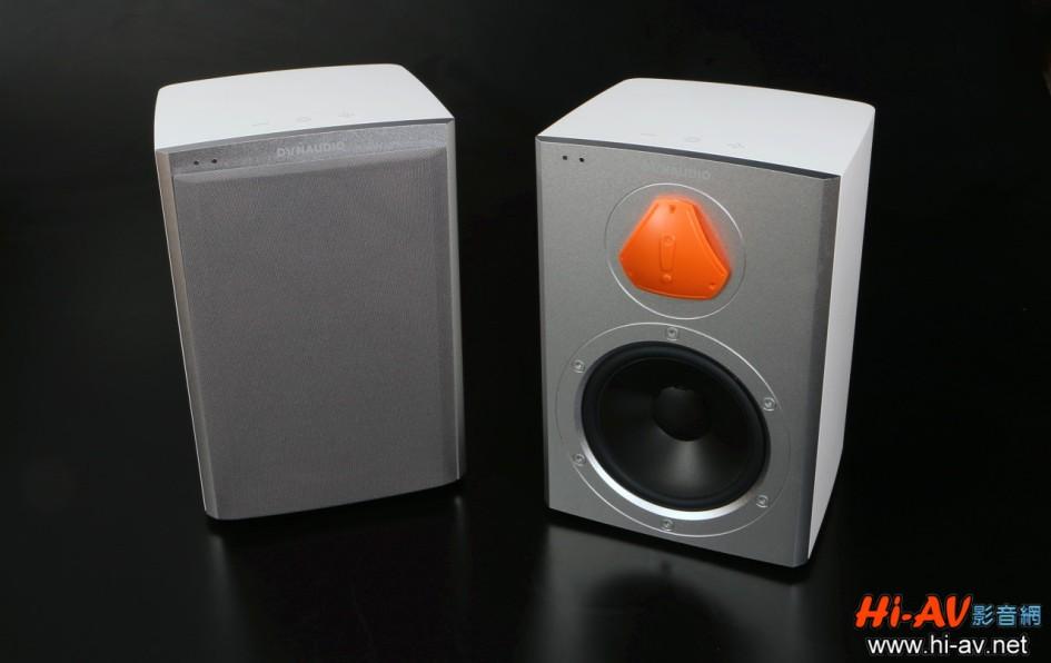 名廠對細節的講究,從一打開紙箱取出喇叭就看得出來。左側是外覆網罩的Xeo 2,但右側上有橘色蓋子的那支是怎麼回事?原來,為了保護突出的高音單體絲質軟振膜,Dynaudio包裝箱內的每一支喇叭高音單體上,都有這塊橘色特製塑膠保護蓋,拆箱後正式使用前要將其取下,一般日常使用時則可以量身訂作的網罩來保護單體。