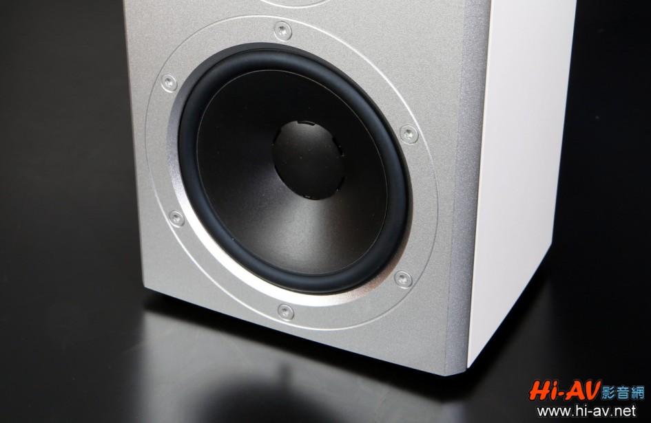 這是Xeo 2的MSP振膜中低音單體,尺寸與體型較大的Xeo 4完全相同,但Xeo 4每聲道使用兩部50瓦後級分別驅動高音與中低音單體,Xeo 2卻提高到使用兩部65瓦後級(換言之就是每聲道使用130瓦後級驅動,並且高音不會受到中低音之影響),如此自然使得這對看似精巧的喇叭擁有超越其體型的聲音表現,控制力與細節表現也更加吸引人。