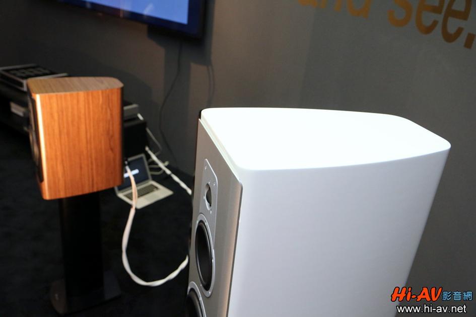 新Contour系列的單體都先鎖固在一塊厚鋁板上才與音箱結合,為的是降低音箱震動對單體發聲之負面影響(尤其是高音),請注意厚鋁板邊緣也是弧形的,與音箱毫無縫隙地密合在一起。
