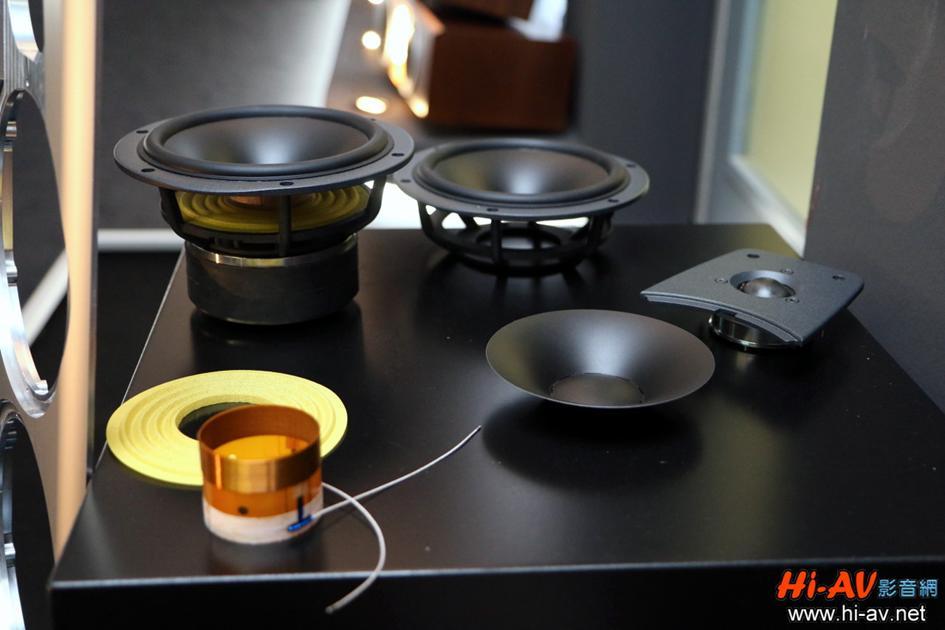 Dynaudio是極少數有完整的單體設計製作能力之喇叭廠牌,新Contour系列的單體也都完全由Dynaudio自行設計製作,看看低音單體的磁力機構多麼巨大,音圈、彈波與振膜也都是Dynaudio的獨特設計。