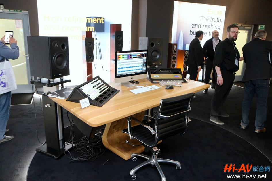 Dynaudio是極少數同時跨足專業錄音室、汽車音響與家用音響的喇叭品牌,展場就布置了一張錄音室工作桌,展示一對Dynaudio專業鑑聽喇叭來彰顯Dynaudio在專業錄音業界的影響力。