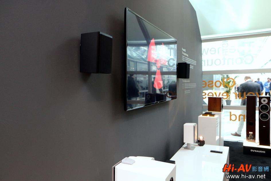 電視前方矮几上擺放了一對白色的Dynaudio Xeo 2,電視兩側則有裝在壁掛架上的另一對黑色Xeo 2,這款藍牙主動無線喇叭本站廖斐森總編輯上週才剛發佈器評,並且給予本站最佳推薦,詳細請點擊這裡查閱。