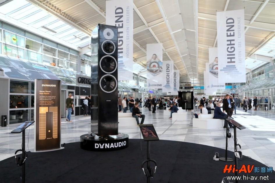 慕尼黑音響展的重量級Hi-End音響品牌展房主要在HALL 4的二樓、三樓與HALL 3的二樓,尤其HALL 4二樓大廳是所有參觀民眾必經之地,此次Dynaudio租下此處最前方的區塊做廣告,而且其方式非常特別——竟然是以樂高積木堆疊出一支超巨大的Focus 600 XD喇叭!說來慚愧,我是經過第三次時走近旁邊細看,才驚覺它竟然是使用樂高積木堆疊出來的,想必是由於它的體型實在太巨大了,潛意識裡根本就不會拿它與樂高積木聯想在一起! 其實,在距離慕尼黑114公里、車程僅約一個半小時的Günzburg就是德國樂高樂園(LEGOLAND Deutschland,官網請見這裡)所在地,在慕尼黑音響展以樂高為主題發想展出企劃並不奇怪(左側那塊告示牌就標示了Dynaudio展房的位置),但這支喇叭實在太巨大了(請看下圖後面觀眾與它的比例),視覺感受超級震撼。另一方面,這個樂高創作並不只是體積驚人而已,包括喇叭各個部件的比例以及微小的細節,全都做得鉅細靡遺、惟妙惟肖,其實這正展現了Dynaudio的Hi-End精神、總是要追求極致的完美,難怪能夠設計製作出那麼優異的喇叭製品。