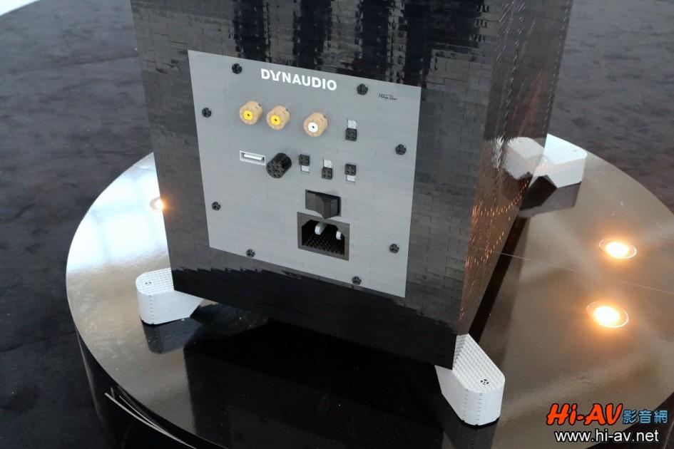 底部四根向外延伸的鋁合金腳座,以及Dynaudio Focus 600 XD背後最下方接線板上的電源插座、電源開關、輸入端子與各種調整旋鈕及撥桿,甚至是鎖固這塊接線板的八根黑色螺絲,全都做得逼真極了!各位可點擊這裡與實品照片相對照!