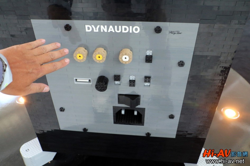 將左手掌伸出合照作比例尺,就可看出上面的信號輸入端子有多大(接線板右上角有製作者的簽名)。