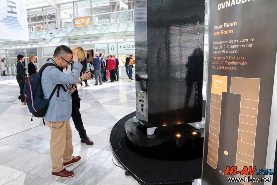 由於這支Dynaudio樂高喇叭實在太吸引人了,拿起相機拍攝製作細節或與其合照的參觀民眾絡繹不絕,廣告效益確實非常好。Dynaudio這款Focus 600 XD本站曾做過詳盡的介紹,想瞭解其特色與性能的朋友可點擊這裡查閱。
