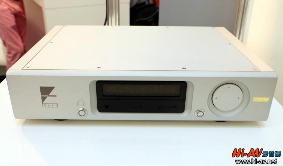但視線一轉到背板可就不同了!除了左上角的平衡與非平衡類比輸出之外,其他密密麻麻的輸入端子幾乎都是數位輸入,數量竟然多達十組之多!包括兩組AES/EBU、三組S/PDIF BNC、三組Toslink光纖、一組USB DAC輸入與一組無線或有線網路端子,就算是超級數位訊源玩家也無須擔心不夠用,後端只要連接功率擴大機與喇叭,就可盡情享受前端來源豐富的數位音樂了。