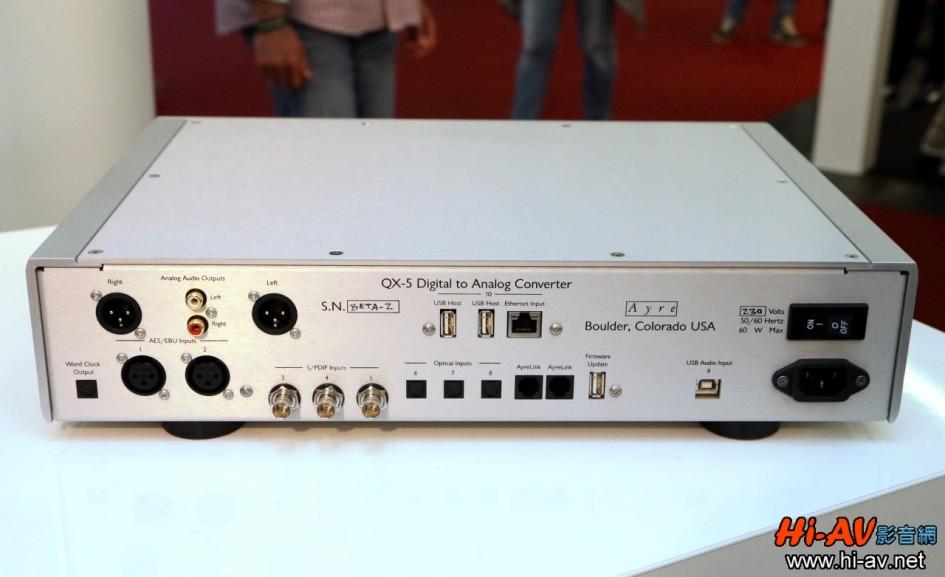 背板上的USB Host插槽只要插入隨附的天線,Ayre QX-5 Twenty馬上就能以無線方式接收數位音樂檔案並解碼播放,音樂串流服務支援Tidal、Deezer與Roon Ready等。另外,USB Host埠也可連接USB隨身碟等數位音樂儲存媒體,播放其中的數位音樂檔案,本機搭載的數位類比轉換核心是ESS剛發表的ES9038PRO(32位元且訊噪比達140dB),再加上Ayre自豪的「最小相位數位濾波」(minimum-phase digital filter)與全新開發的超精準時鐘,讓音樂重播表現大幅提升。